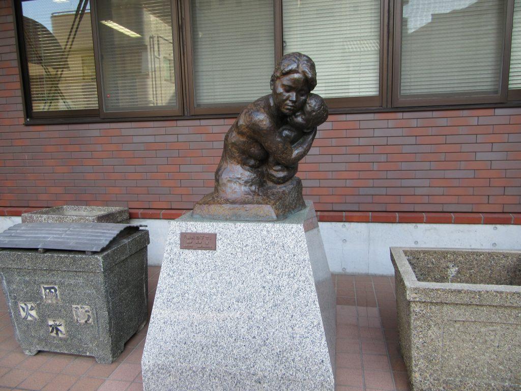 東京大空襲・戦災資料センター外のオブジェ