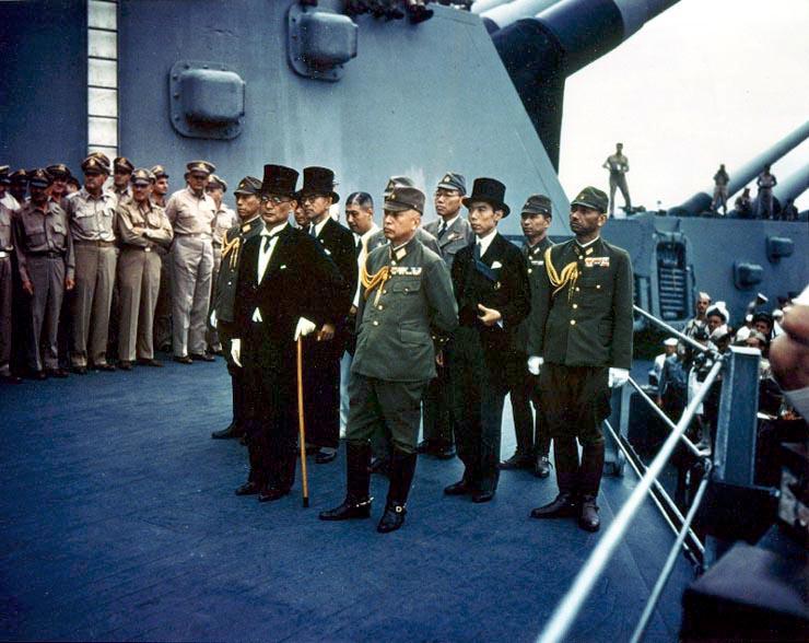 降伏文書の調印式が行われるアメリカ戦艦「ミズーリ」艦上に集まった日本代表団